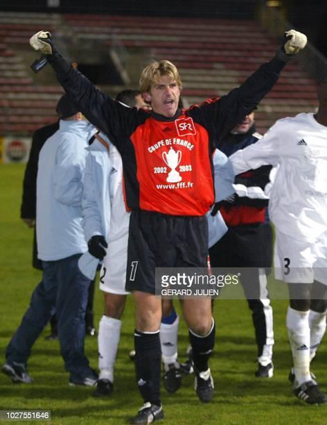 le gardien de l'équipe de Martigues David Klein laisse éclater sa joie après la victoire de son club le 05 janvier 2003 sur la pelouse du stade...