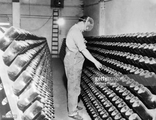 Le gardien d'une cave californienne où sont entreposés des bouteilles de vin et de champagne pendant la Prohibition est protégé par un masque le 23...
