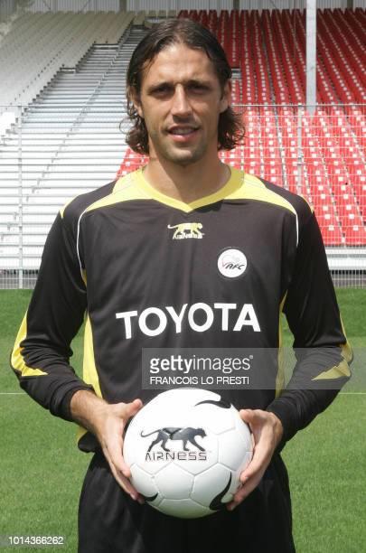 Le gardien français du VAFC Nicolas Penneteau pose le 17 août 2006 au stade Nungesser de Valenciennes pour la photo officielle