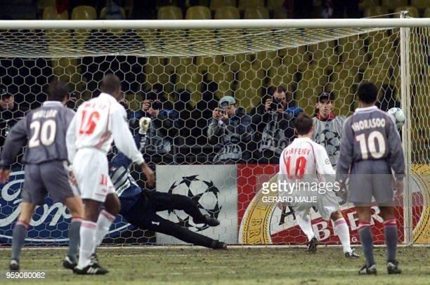 le gardien lyonnais Gregory Coupet est battu sur le penalty tiré par le Russe Dmitry Parfenov le 14 mars 2001 à Moscou lors du match entre le Spartak...