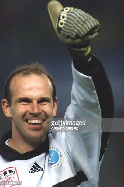 le gardien strasbourgeois Alexander Vencel salue le public le 14 mars 1999 après la victoire de son équipe lors de la rencontre Strasbourg Auxerre...