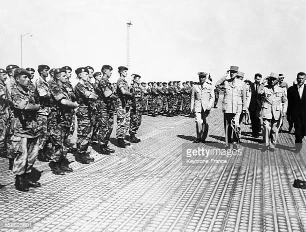 Le general Charles de Gaule et son commandement passent en revue un regiment de parachutistes a l'aeroport d'Alger Algerie le 27 aout 1958