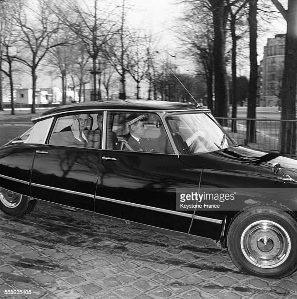 Le General de Gaulle a bord d'une voiture Citroen DS noire se rend au domicile de Vincent Auriol pour un dernier hommage le 2 janvier 1966 à Paris...