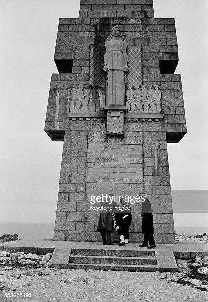 Le General de Gaulle deposant une gerbe a la Croix de Pen-Hir, monument rendant hommage aux Bretons de la France Libre, a Camaret-sur-Mer, France, le...