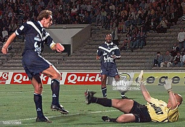 Le Girondin Lilian Laslandes marque le premier but en trompant le gardien de buts rennais Christophe Revault sous les yeux du girondin Kizito Musampa...