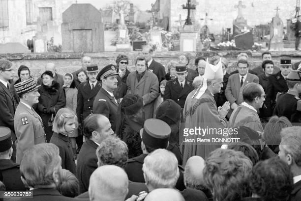 Le général Alain de Boissieu l'amiral Philippe de Gaulle fils de l'ancien président et Monseigneur AlfredJoseph Atton évêque de Langres aux obsèques...