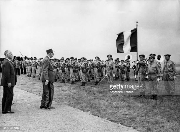 Le général Charles de Gaulle passe en revue le détachement italien lors du 50ème anniversaire de la deuxième bataille de la Marne à la Butte Chalmont...