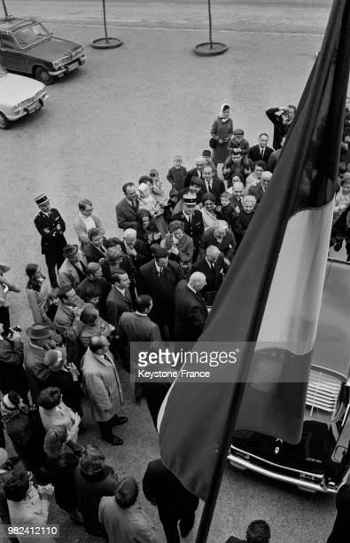Le général Charles de Gaulle regagne sa voiture après avoir voté lors du référendum sur la réforme du sénat et la régionalisation à...