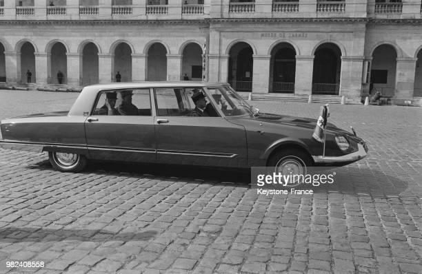 Le général Charles de Gaulle saluant depuis la voiture présidentielle DS Citroen carrossee par les ateliers Henri Chapron après une cérémonie dans la...