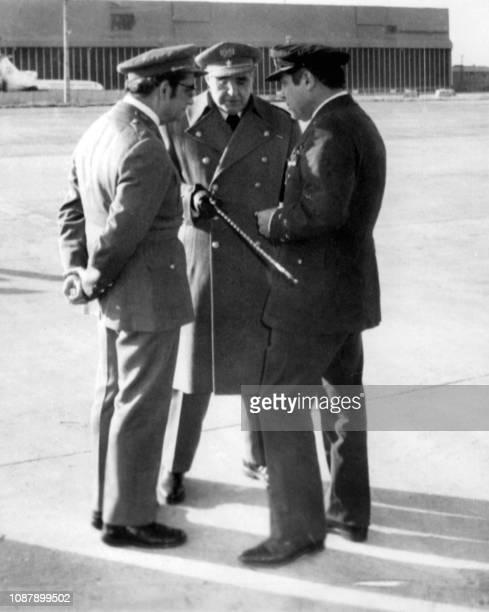 Le général Costa Gomes s'entretient avec le général Antonio de Spinola et le général Diogo Noto quelques jours après la révolution des oeillets qui...