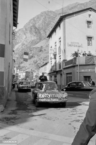 Le général de Gaulle debout dans sa voiture découverte à son arrivée à AndorrelaVieille Principauté d'Andorre le 24 octobre 1967