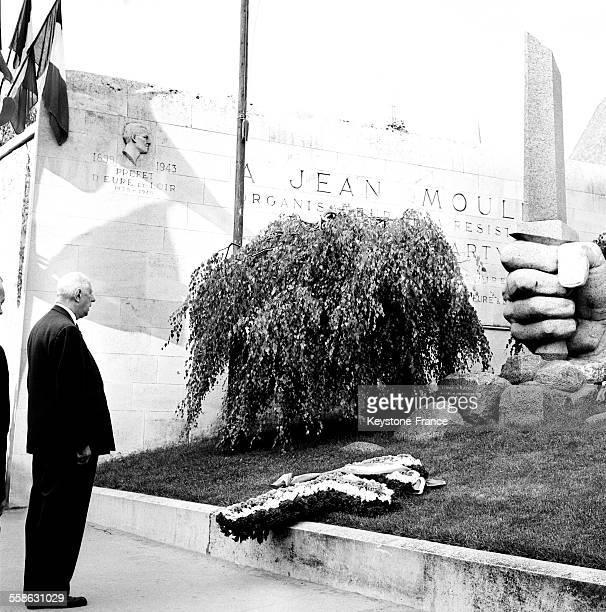 Le Général de Gaulle en voyage en EureetLoir se recueille devant le monument à Jean Moulin lors de la cérémonie le 20 juin 1965 à Chartres France