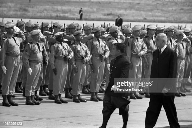 Le général de Gaulle et le prince Norodom Sihanouk passent en revue les troupes à l'aéroport d'Orly, France le 24 juin 1964.