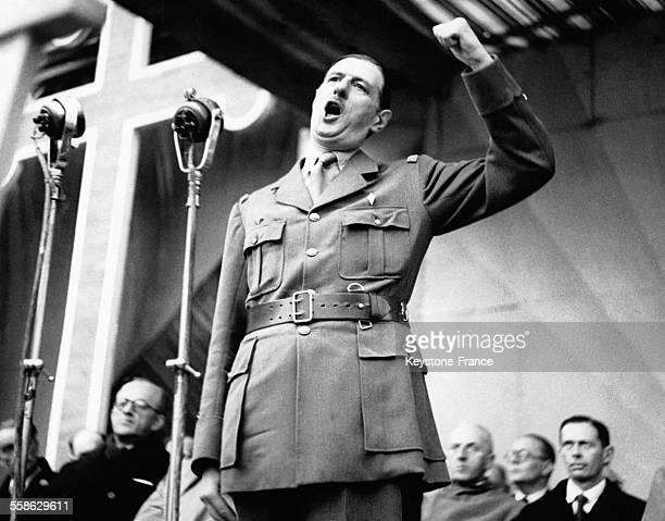 Le général de Gaulle prononcant un discours au défilé de l'armistice à Alger Algérie circa 1940