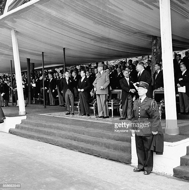 Le Général de Gaulle Président de la République arrivant à la tribune officielle Place de l'Etoile pour assister au défilé du 14 juillet à Paris...