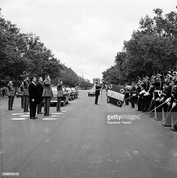 Le Général de Gaulle Président de la République défilant sur les ChampsElysées à Paris France le 14 juillet 1961