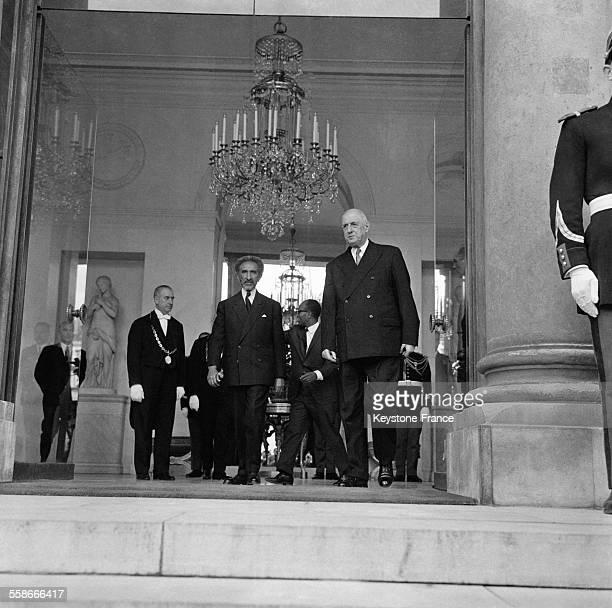 Le Général de Gaulle racompagnant l'Empereur Hailé Sélassié à la sortie du Palais de l'Elysée à Paris France le 8 mai 1967