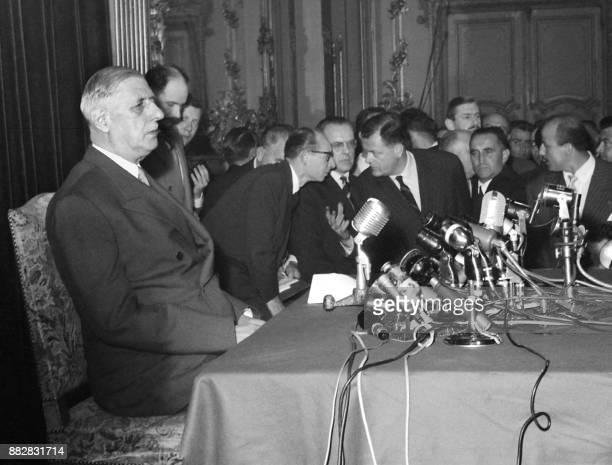 Le général de Gaulle s'apprête à donner une conférence de presse dans la salle des fêtes du Palais d'Orsay le 19 mai 1958 à Paris Alors que le...