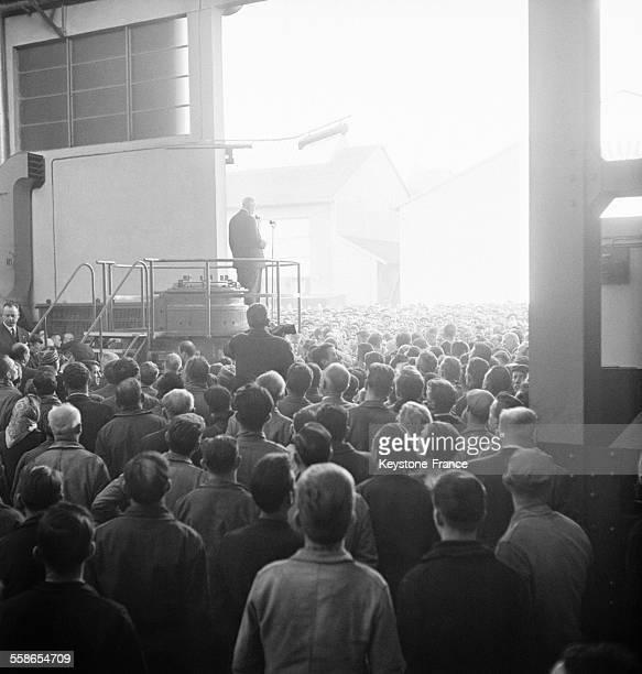 Le Général de Gaulle visite l'usine de Alsthom à Belfort France le 20 novembre 1959