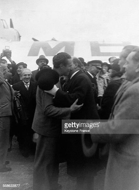 Le général Denain, ministre de l'Air, embrassant le grand pilote Mermoz à son arrivée au Bourget, France le 28 octobre 1934.