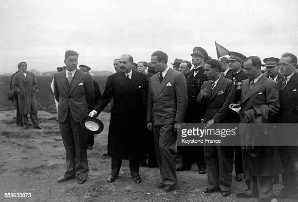 Le général Denain, ministre de l'Air et Mermoz, entourés de l'équipage de l'Arc en Ciel' à leur arrivée au Bourget, France le 28 octobre 1934.