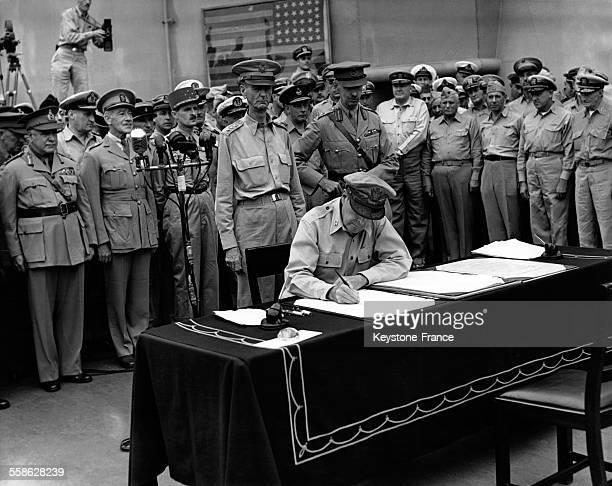 Le général Douglas MacArthur commandant en chef de l'US Army signant l'acte de capitulation du Japon à bord du navire USS Missouri dans la baie de...