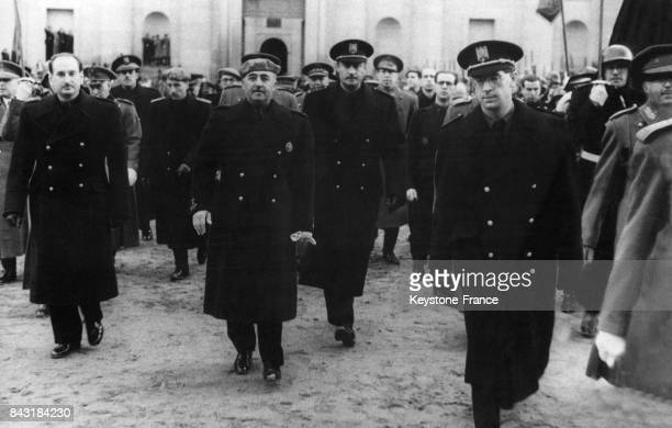 Le Général Franco a déposé une couronne de laurier sur la tombe de Jose Antonion Primo de Riveira fondateur de la milice fasciste La Phalange en 1938...