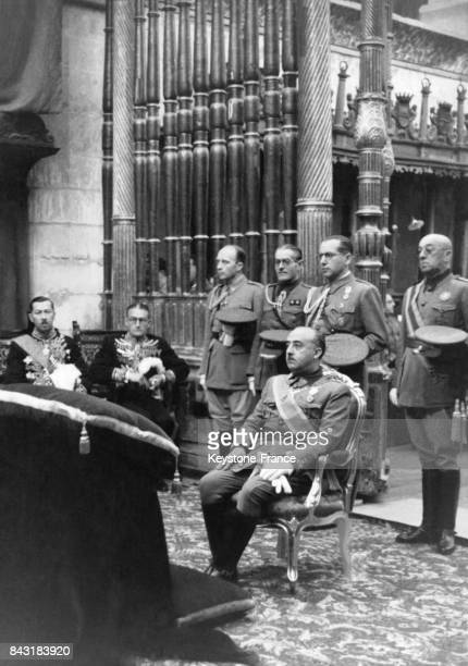 Le Général Franco assiste à la messe dans la chapelle du monastère de Las Huelgas avant l'assermentation du Conseil Nationaldu FET et des JOAS circa...