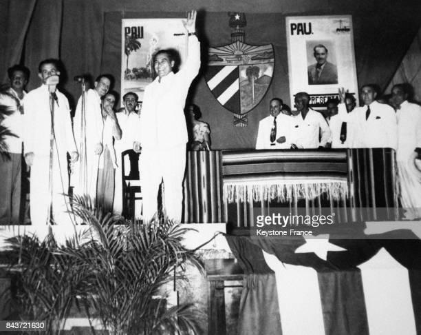 Le Général Fulgencio Batista prend le pouvoir et monte sur l'estrade en saluant ses partisans en 1952 à Cuba