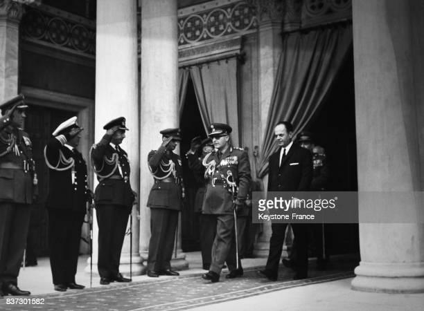 Le général Georges Zoitakis régent de Grèce et le premier ministre Georgios Papadopoulos sortant de la cathédrale d'Athènes Grèce
