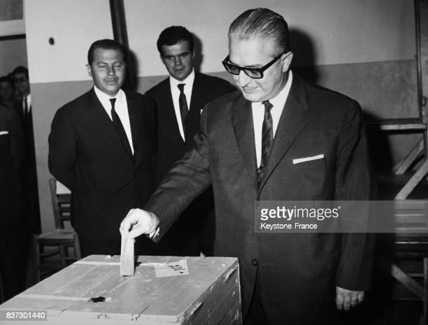 Le général Georges Zoitakis régent de Grèce votant lors du référendum pour une nouvelle constitution à Athènes Grèce le 2 octobre 1968