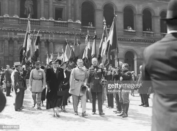 Le Général Gouraud passe devant les drapeaux des anciens combattants lors d'un office religieux en mémoire des morts de l'Argonne en l'église...