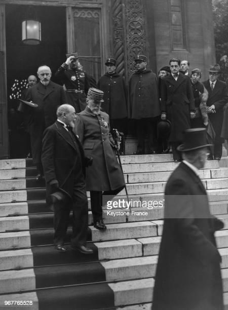Le général Gouraud suivi du général Prételat photographiés à la sortie de l'église orthodoxe après le service funèbre à la mémoire du roi Alexandre...