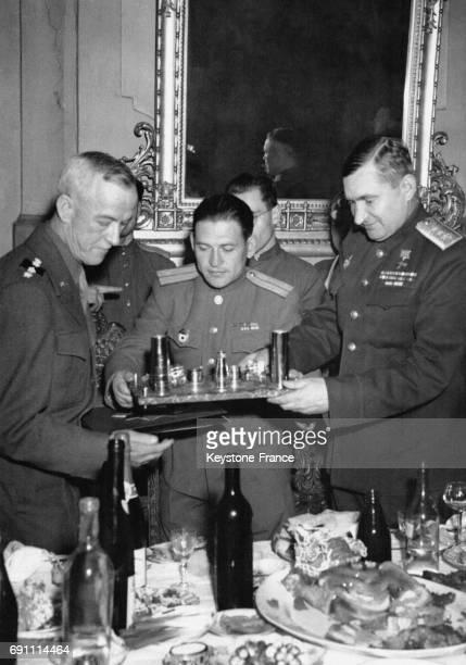Le général Hodges invité à dîner par le général Jardov à qui il a offert un set de bureau commémoratif de la bataille de Stalingrad à Torgau...