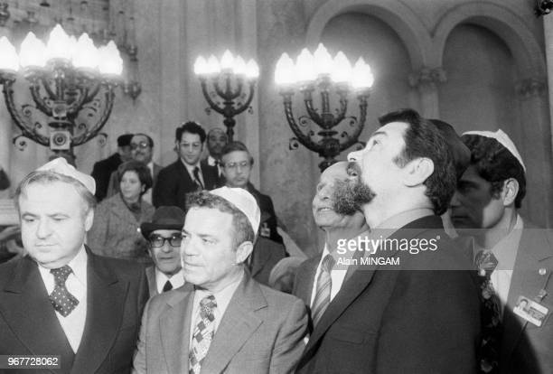 Le général israélien Abraham Tamir au centre et le diplomate Eliahou Ben Elissar de profil à droite visitent la synagogue le 17 décembre 1977 à...