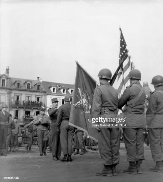 Le général Jean de Lattre de Tassigny remet la fourragère aux couleurs de la médaille militaire à la 3ème DI américaine à Colmar France circa 1940