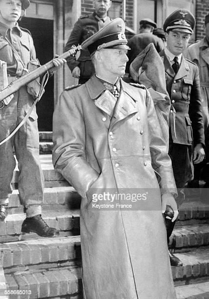 Le Général Jodl chef d'EtatMajor de l'amiral Doenitz arrêté sur les ordres du Général Eisenhower quitte le Quartier Général de Flensbourg Allemagne...
