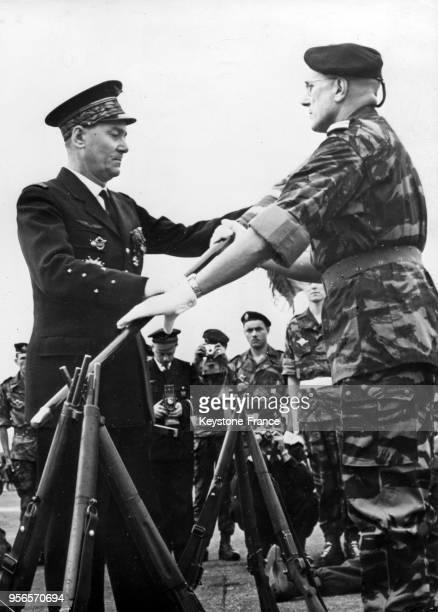 Le général Jouhaud remettant le drapeau aux commandos de parachutistes à Alger Algérie le 4 février 1959