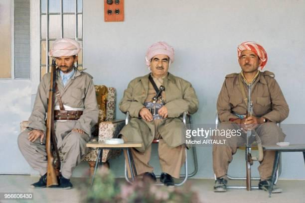Le général kurde Moustapha Barzani, fondateur du Parti démocratique du Kurdistan irakien, avec deux Peshmergas en août 1974 en Iran.