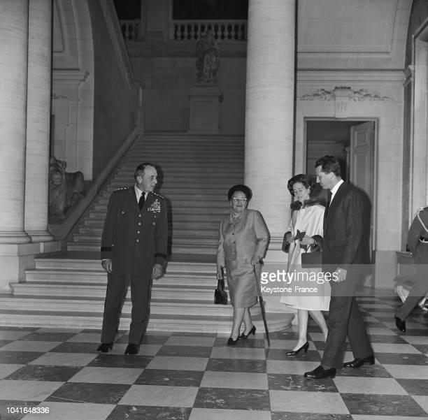 Le général Lemnitzer commandant suprême des forces alliées en Europe sa femme la reine Fabiola et le roi Baudouin au château de Laeken à Bruxelles...