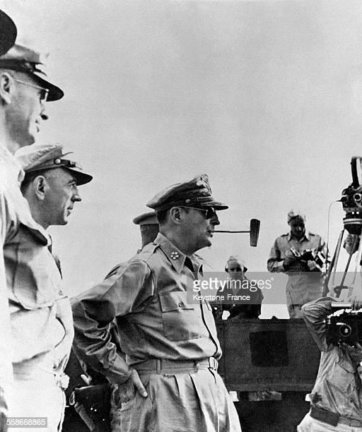 Le général MacArthur fumant la pipe circa 1940