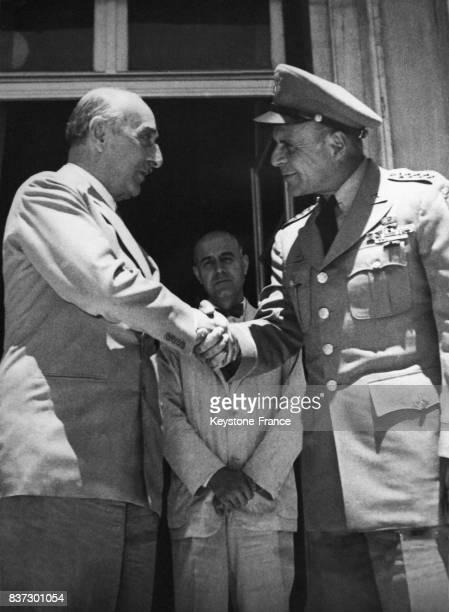 Le général Matthew Ridgay serrant la main du premier ministre grec le maréchal Alexandros Papagos lors de son voyage d'adieu à Athènes Grèce le 12...