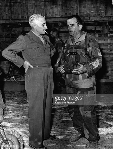 Le Général Navarre et le Général Gilles s'entretiennent après le largage de parachutistes sur la zone le 29 novembre 1953 à Dien Bien Phu Vietnam