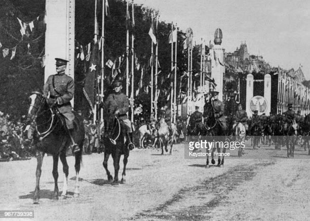 Le général Pershing commandant de l'armée américaine en France ouvre le défilé des alliés en France le 14 juillet 1919