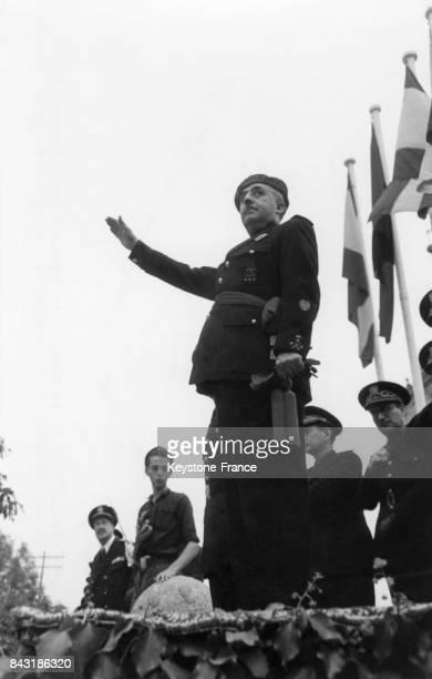 Le Général salue le passage des drapeaux lors de la clôture du conseil du Front de la Jeunesse à l'Escurial en Espagne