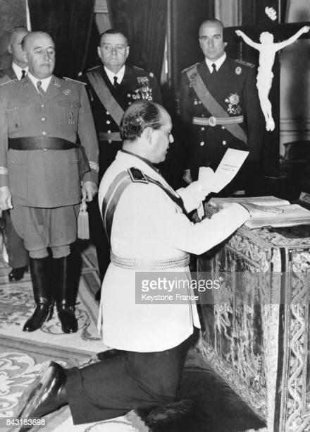 Le Général Solis prête serment en présence du Général Franco au Palais du Pardo lors de la fête de l'Epiphanie le 9 janvier 1953 en Espagne