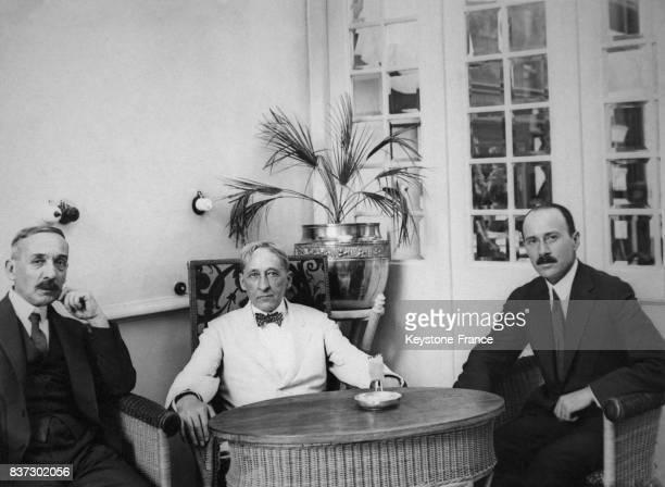 Le général Theodoros Pangalos le sénateur américain King et le ministre des affaires étrangères Konstantinos Rendis en négociation au sujet des...