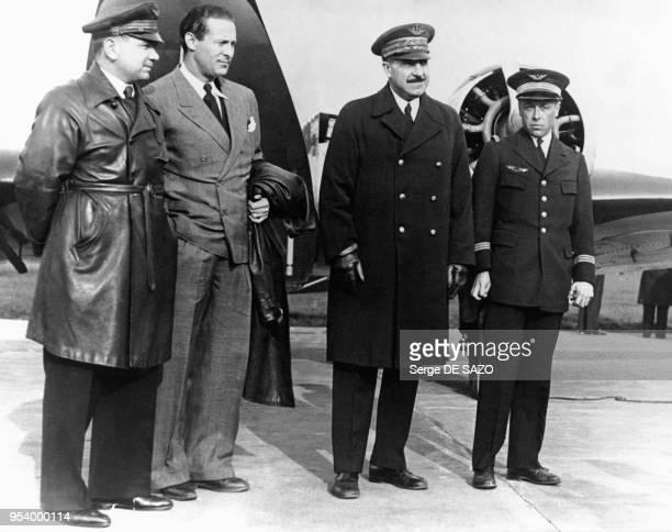 Le général Victor Denain avant son départ pour Rome, avec les aviateurs Maurice Rossi et Jean Mermoz, à Paris, en France, le 9 mai 1935.