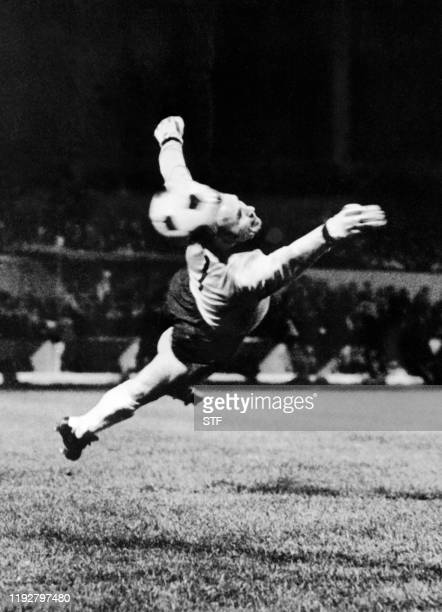 Le goal stéphanois Curkovic tente de bloquer le tir de Frank Roth lors du match Saint-Etienne/Bayern de Munich de la finale de la coupe d'Europe des...