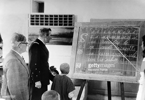 Le gouverneur général de l'Algérie Jean-Marie Charles Abrial visite un école dans le sud algérien en mars 1941 en Algérie.